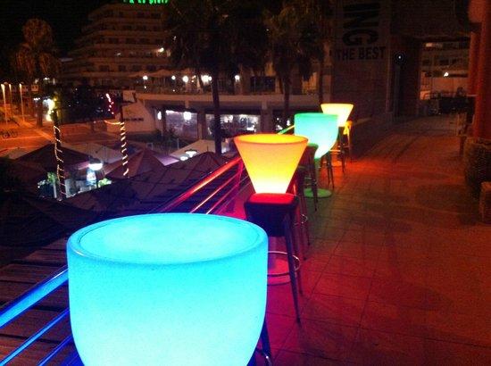 Terrace Bar Puerto Colon: Столики ночью