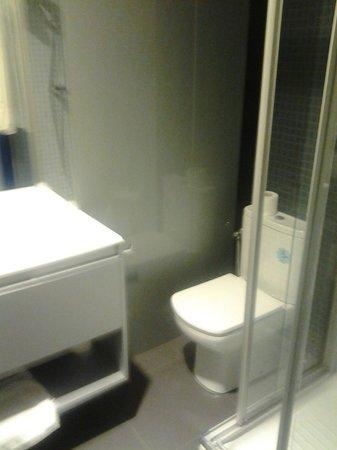 Hostal Averroes: El cuarto de baño. Impecable.
