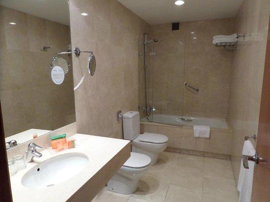 NH Zamora Palacio del Duero: Baño amplio