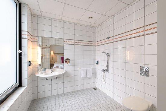 Novotel Berlin Mitte: Bathroom handicapped room