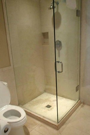 Elbow Beach, Bermuda: Modern walk-in shower