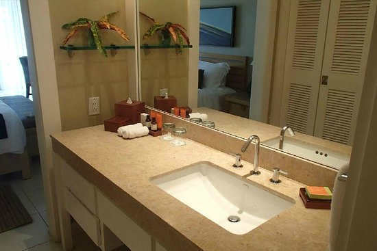 Elbow Beach, Bermuda: Modern bathroom