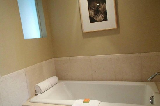 Elbow Beach, Bermuda: Modern bathtub