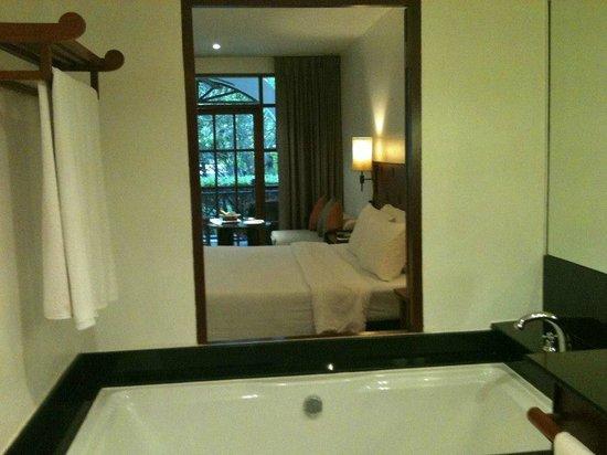 Imperial Boat House Beach Resort: vasca con panorama della stanza