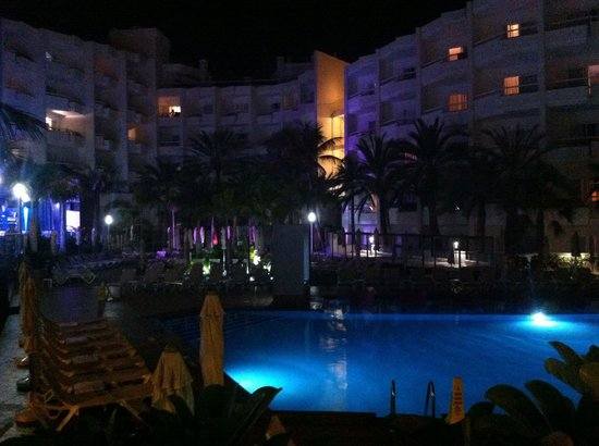 Hotel Riu Don Miguel: Night view of the pool area