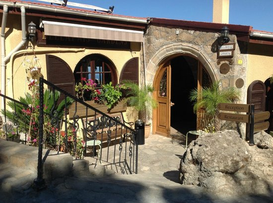 Hotel Bellapais Gardens : Hotel entrance