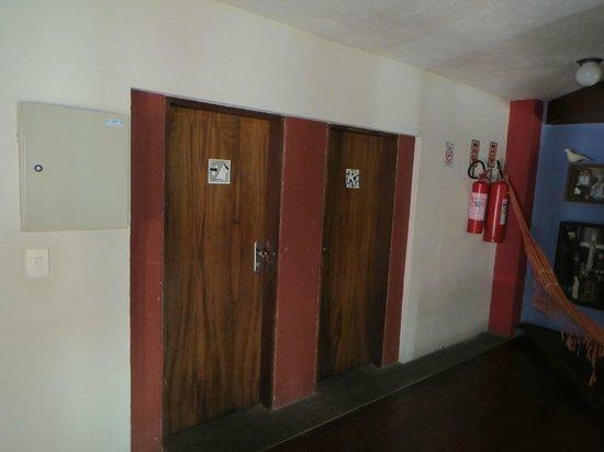 Laranjeiras Hostel: porta do apto com 1,75m