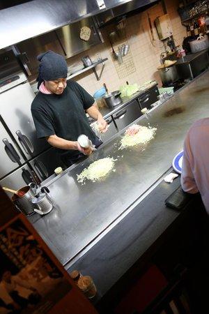 Hassei: hiroshima okonomiyaki being prepared...