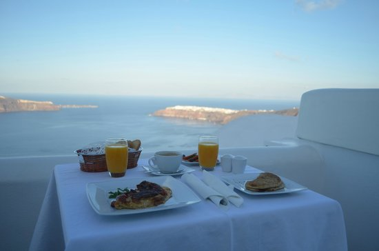 Above Blue Suites: breakfast in the morning