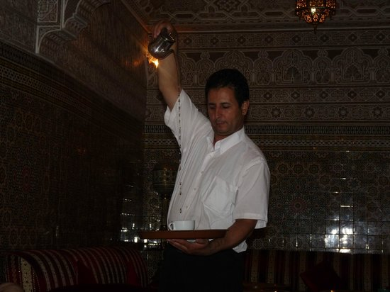Agdal Hotel : Member of staff pouring tea