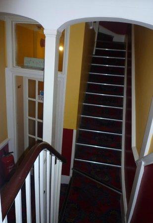 Tudor Court Hotel: Escalera