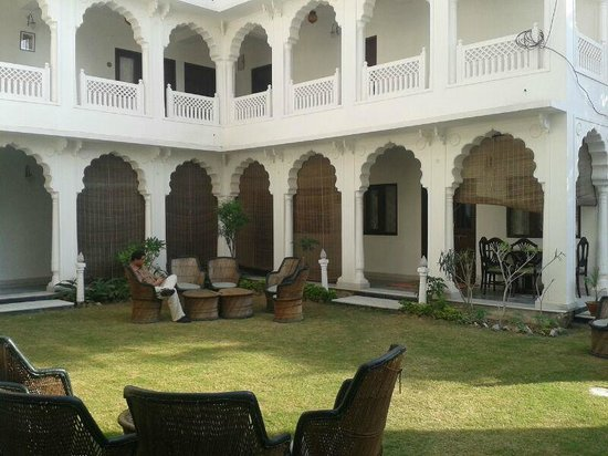 WelcomHeritage Sirsi Haveli : View from lawn