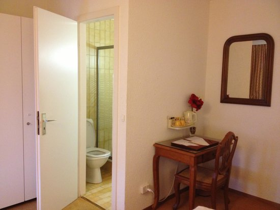 Hotel du Boulevard: Twin room - toilet n small work desk (Part 3)