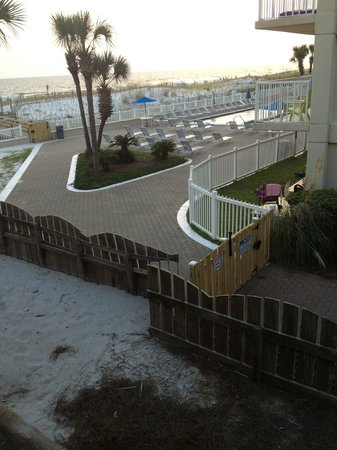 Hampton Inn Ft. Walton Beach: Side room facing adjoining hotel grounds. Beach in background