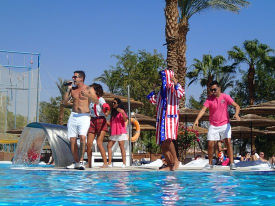 U Coral Beach Club Eilat: Entertainment at the pool