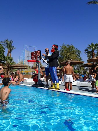 U Coral Beach Club Eilat : Entertainment at the pool