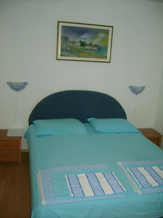 Lyon Apartments: bedroom