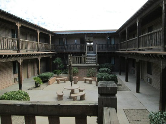 Sierra Suites: Courtyard