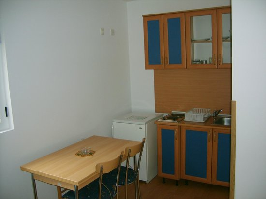 Lyon Apartments: kitchen