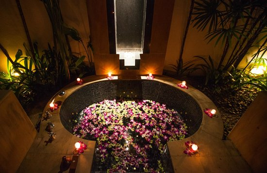 Banyan Tree Phuket: Body Shine Bath, a romantic surprise...