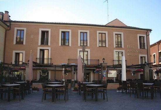 The hotel from the walls of the city fotograf a de hostal puerta del alcazar vila tripadvisor - Hostal puerta del alcazar avila ...