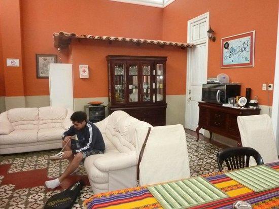 Residencial Miraflores B&B: El hijo de Ana María, agarrado infraganti poniéndose los zapatos.