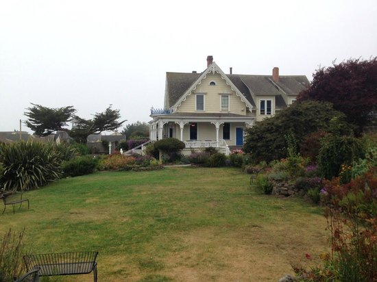 MacCallum House Inn : Main lawn