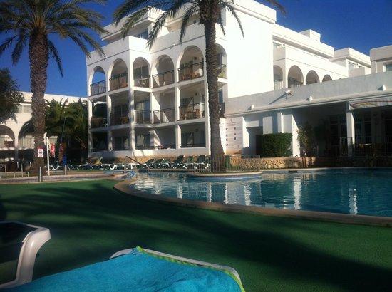 Apartamentos Cala d'Or Playa: View from sunbeds