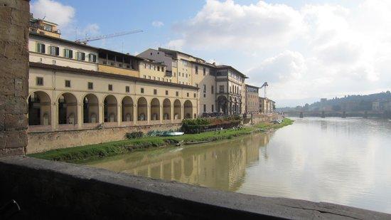 Hotel Degli Orafi: Hotellet set fra Ponte Vecchio, hotellet ligger over buegangen (Vasaris Koridor) lige til højre