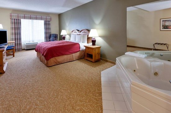 Country Inn & Suites By Carlson, Mount Morris: CountryInn&SuitesMtMorris WhirlpoolSuite