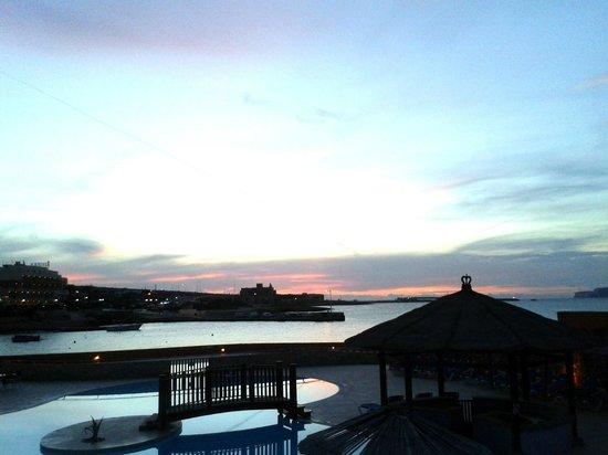 Ramla Bay Resort : Les jardins de l'hôtel le soir