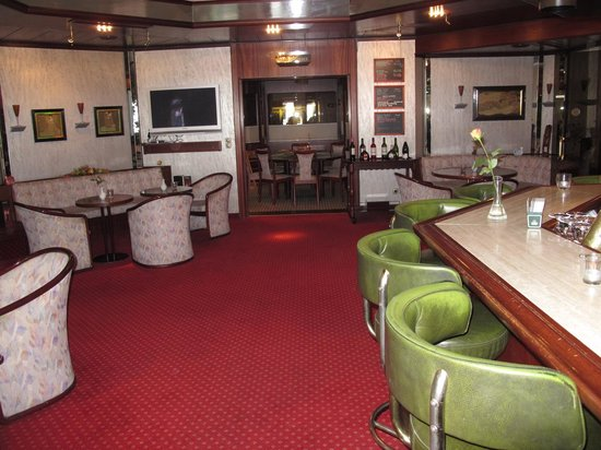 Senator Hotel Hamburg: Hotel Senator Hamburg bar area looking toward Reception.