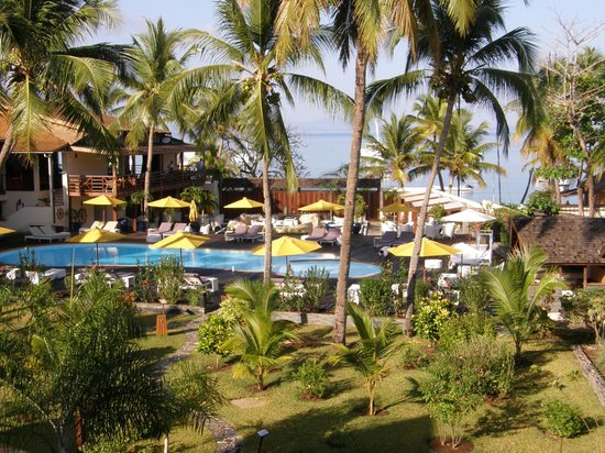 Royal Beach Hotel : Jardin et piscine