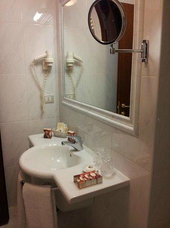 Hotel Locanda Vivaldi: Espejo en el baño.