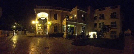 Wyndham Mérida: Vista panorámica de la fachada