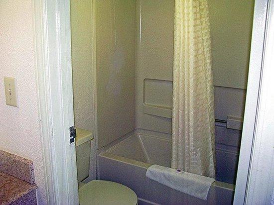 Motel 6 Dayton Englewood: MBathroom