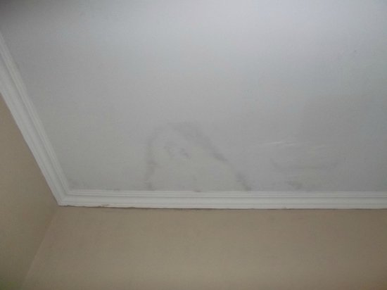 Bahia Suites Hotel: Techo de la habitación con manchas de humedad