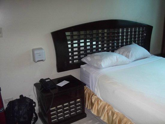 Bahia Suites Hotel: Muebles de mala calidad y dudoso gusto