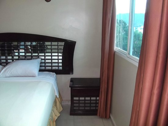 Bahia Suites Hotel: Piso húmedo, cortinas de raso y cubresommier idem