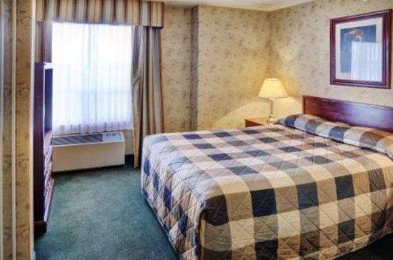 Lakeview Inns & Suites - Fort Saskatchewan: Queen Suite