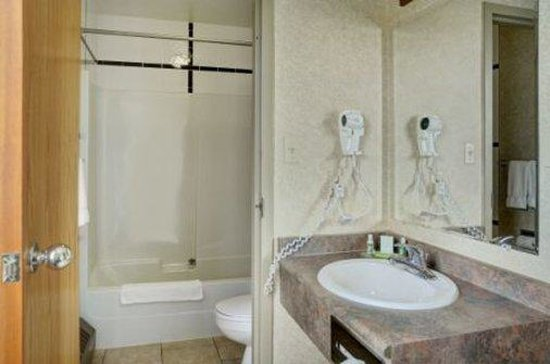 Lakeview Inns & Suites - Hinton: Bathroom