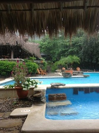 Morgan's Rock Hacienda and Ecolodge : even in rain the pool area is beautiful!