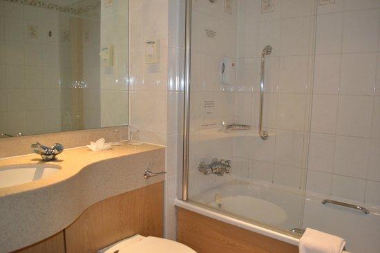 Village Hotel Coventry : Bathroom