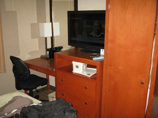 Best Western JFK Airport Hotel: TV & Desk. Super nice.