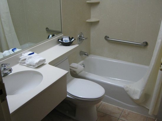 Best Western JFK Airport Hotel: Clean and fully stocked with stuff you'd need.