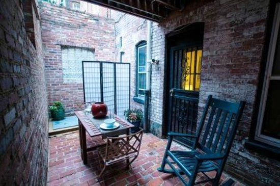 Ivy Mansion at Dupont Circle: Garden-Level Apartment: Zen-like private patio
