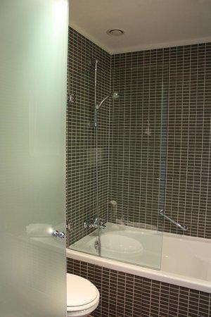 AC Hotel Firenze: Amplios baños