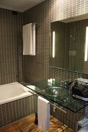 AC Hotel Firenze: Diseño y limpieza en baños