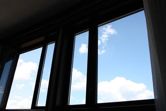 AC Hotel Firenze: Amplísimos ventanales a través de los que contemplar el cielo de Florencia.