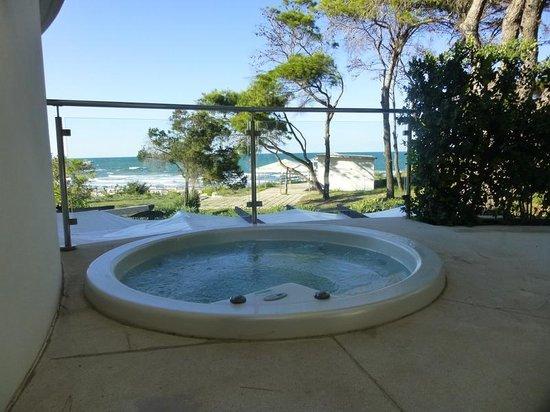 Hotel Suite Le Dune: Blick über den Whirlpool zum Strand